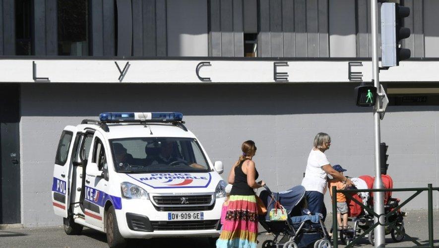 Une voiture de police stationnée devant le lycée Louis Armand où une élève de 15 ans a été poignardée lundi soir par un camarade de classe, le 13 septembre 2016 à Gleize