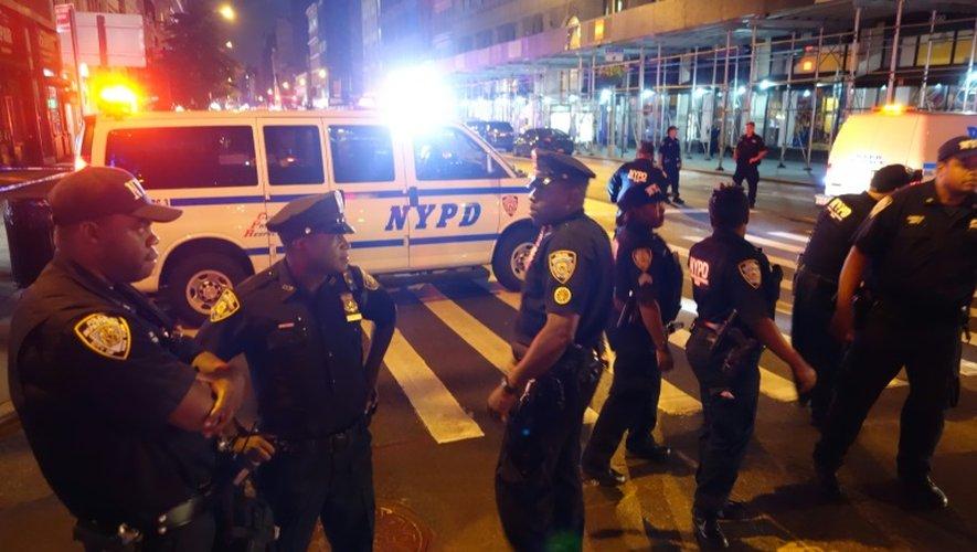 Des policiers bloquent l'accès d'une rue après une explosion à New York le 17 septembre 2016