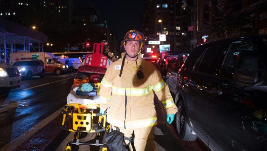 Un pompier porte un brancard près d'une rue interdite d'accès proche du lieu de l'explosion à New York le 17 septembre 2016