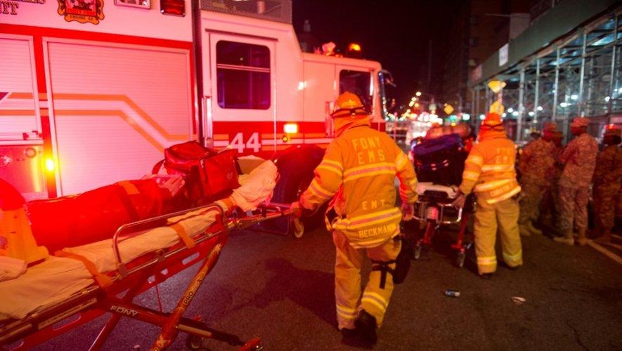 Des pompiers mobilisés après l'explosion sur la 23e rue à New York le 17 septembre 2016