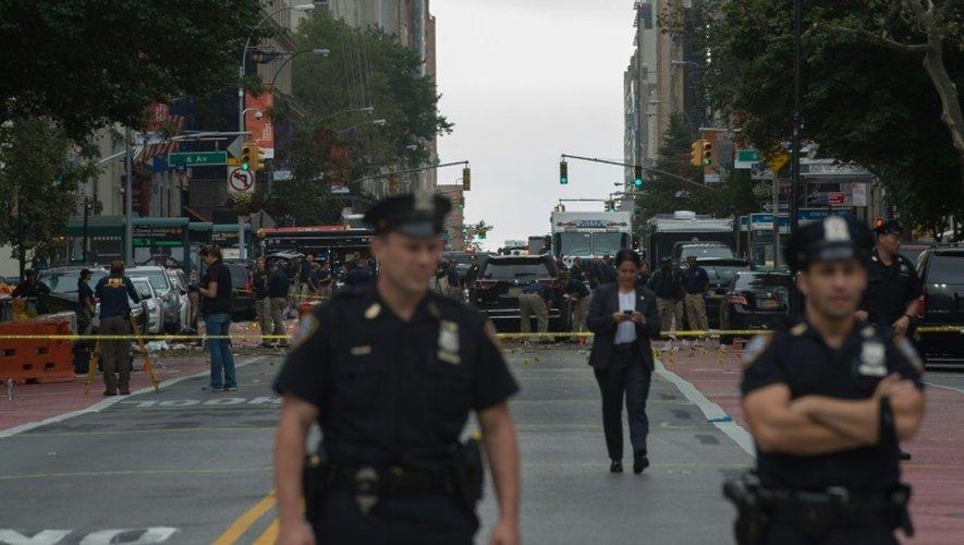 Des membres des forces de l'ordre enquêtent sur le lieu de l'explosion sur la 23e rue le 18 septembre 2016 à New York