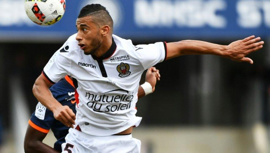 La recrue de Nice Younes Belhanda reprend un ballon de la tête face à Montpellier, le 18 septembre 2016 à La Mosson