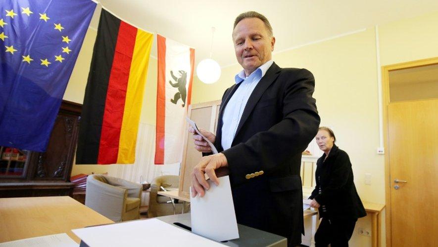 Georg Pazderski, candidat du parti AfD (Alternative pour l'Allemagne), vote aux élections régionales à Berlin le 18 septembre 2016