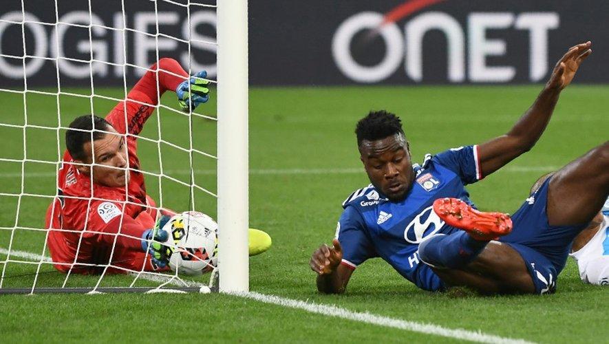 Occasion de but pour le Lyonnais Maxwell Cornet face au gardien de l'OM Yohann Pelé, le 18 septembre 2016 au Vélodrome