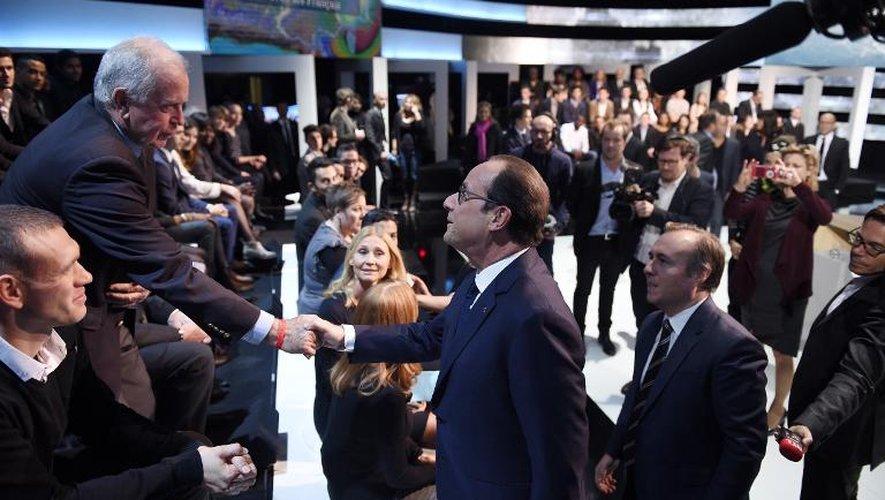 """Hollande """"en direct avec les Français"""", se dit """"garant de l'apaisement"""""""
