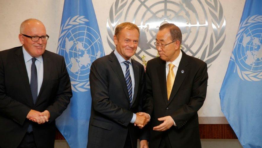 Donald Tusk (C), président du Conseil européen, salue le secrétaire général des Nations unies Ban Ki-moon, aux côtés de Frans Timmermans, premier  Vice-Président de la Commission européenne au siège de l'ONU à New York le 18 septembre 2016