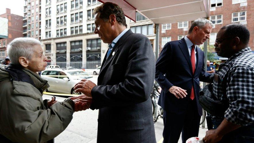Le gouverneur Andrew Cuomo et le maire de New York Bill de Blasio parlent le 18 septembre 2016 avec des résidents du quartier où une bombe a explosé
