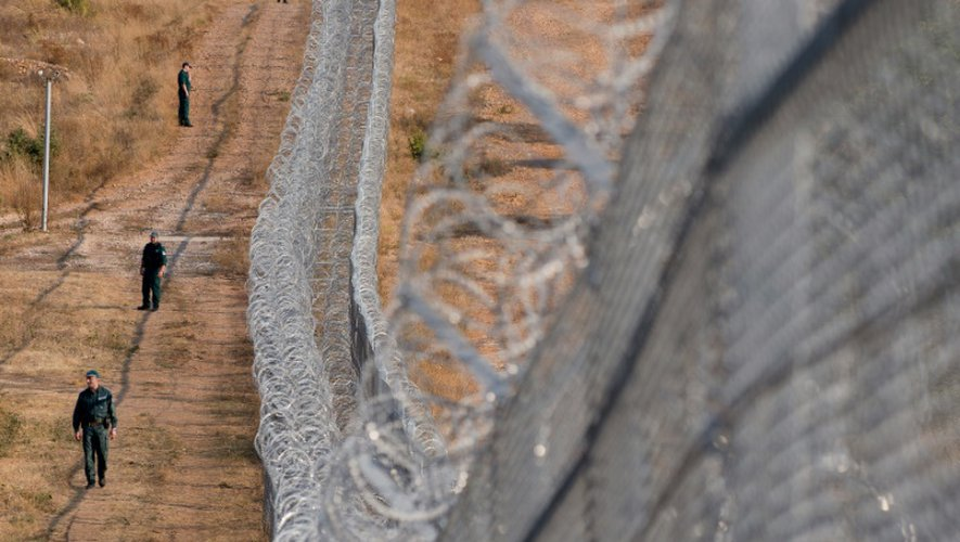 Des garde-frontières bulgares près d'une barrière en fil barbelés érigée à la frontière entre la Bulgarie et la Turquie près de Lesovo le 14 septembre 2016