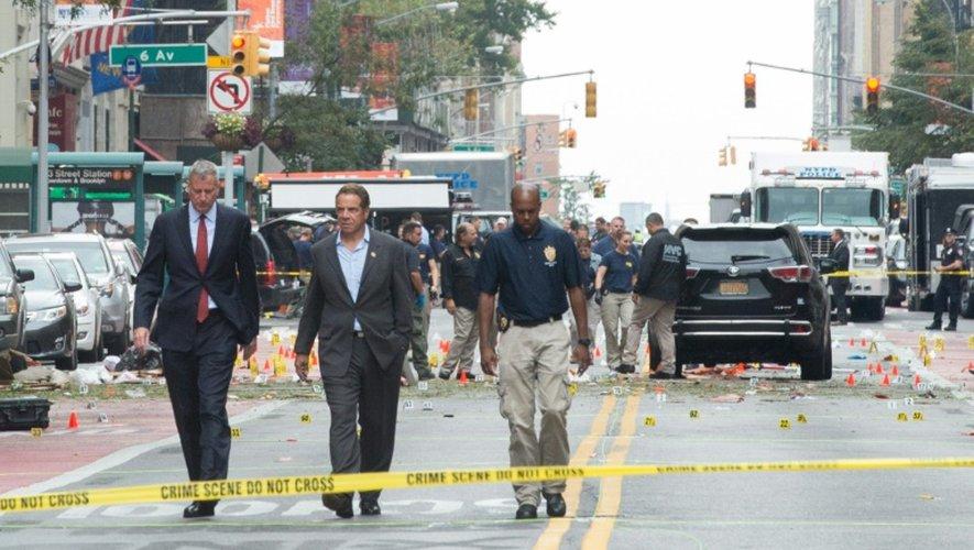 Le gouverneur de New York Andrew Cuomo et le maire Bill de Blasio arrivent sur le lieu de l'explosion dans le quartier de Chelsea à New York le 18 septembre 2016