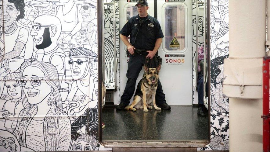 Un policier patrouille dans une rame de métro entre Grand Central Terminal et Times Square, à NewYork, le 18 septembre 2016