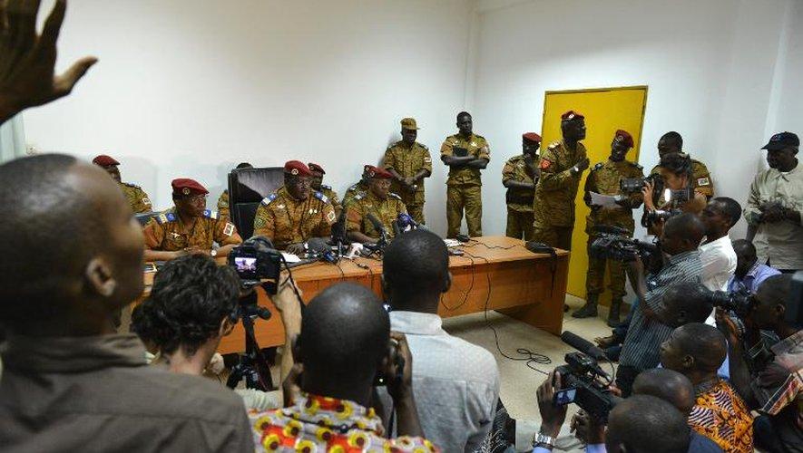 Le lieutenant-colonel Zida (c), nouvel homme fort du Burkina Faso, lors d'une conférence de presse, le 6 novembre 2014 à Ouagadougou