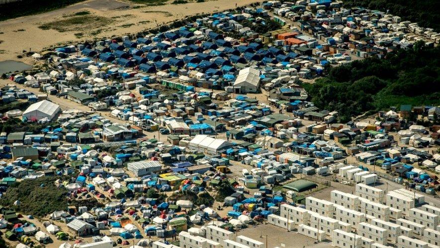 Vue aérienne de la Jungle de Calais, camp qui accueille plus de 9.000 migrants, le 16 août 2016