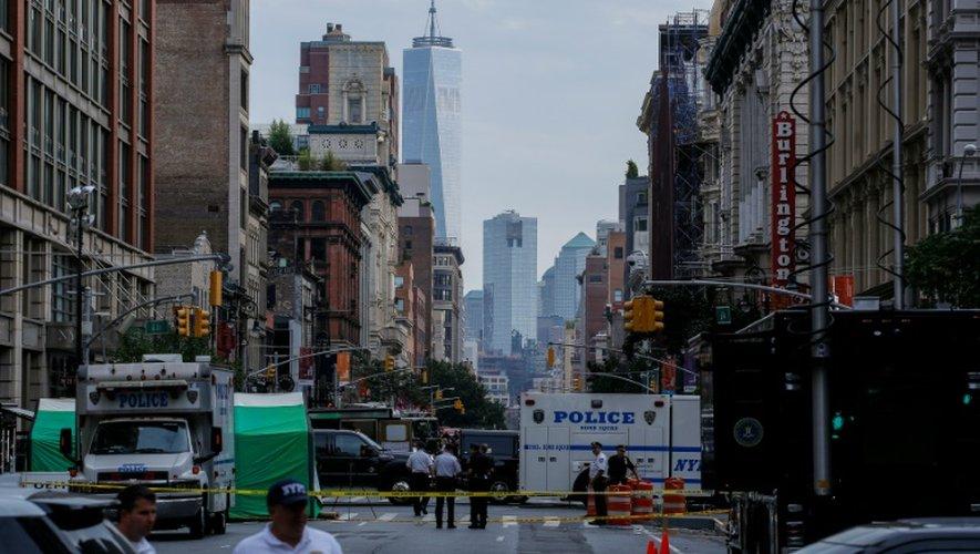 Des policiers new yorkais travaillent le 18 septembre 2016, sur les lieux de l'explosion survenue la veille, à Chelsea, quartier huppé de Manhattan