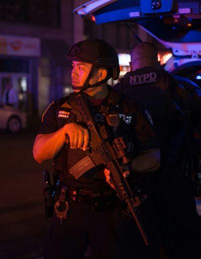 Un policier en faction près de la 23e rue à New York, où une explosion a fait 29 blessés, le 17 septembre 2016