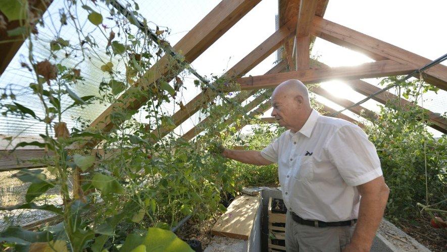 Le maire Gilbert Chabaud, dans le jardin partagé qui accueille les visiteurs à l'entrée du village Saint-Pierre-de-Frugie (Dordogne), le 12 septembre 2016.
