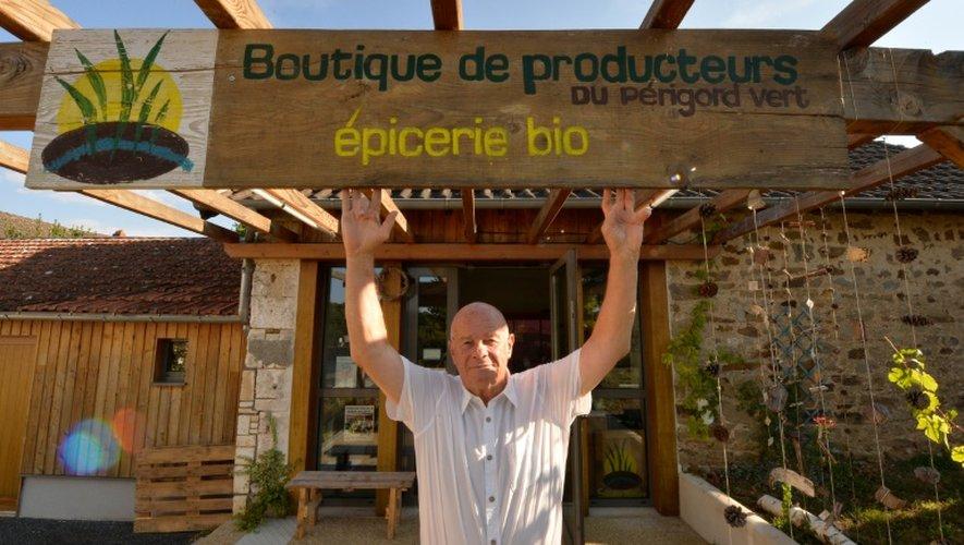 Le maire de Saint-Pierre-de-Frugie (Dordogne) Gilbert Chabaud pose devant l'épicerie bio où les agriculteurs locaux vendent eux-mêmes leur production, le 12 septembre 2016.