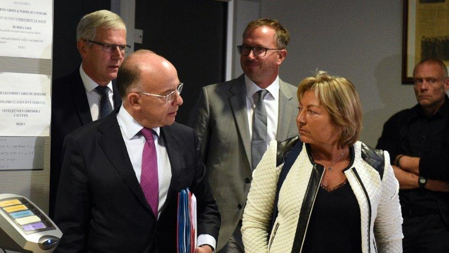 Le ministre de l'Intérieur Bernard Cazeneuve et la maire de Calais Natacha Bouchart, le 2 septembre 2016 à Calais