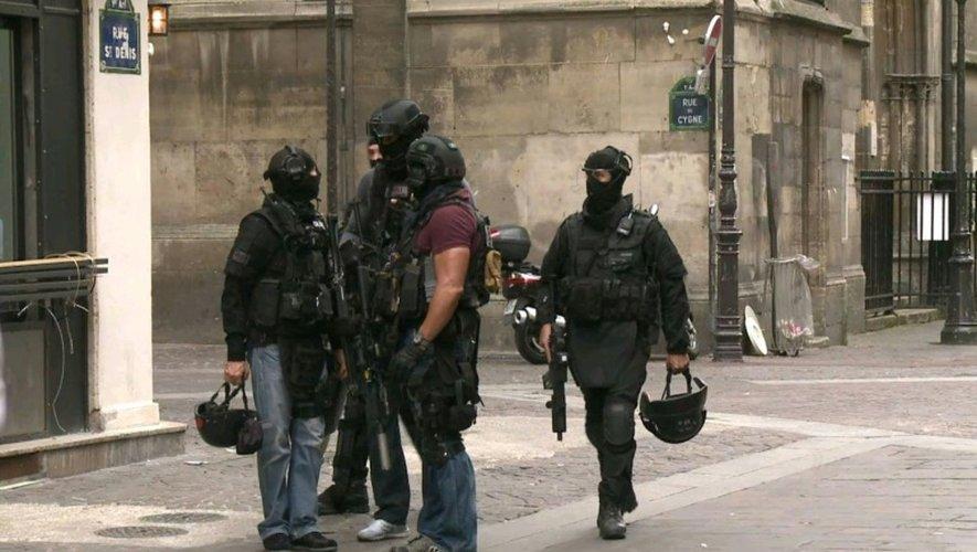 Des membres de la Brigade de recherche et d'intervention (BRI) devant l'église Saint-Leu dans le centre de Paris, le 17 septembre 2016 après une fausse alerte terroriste
