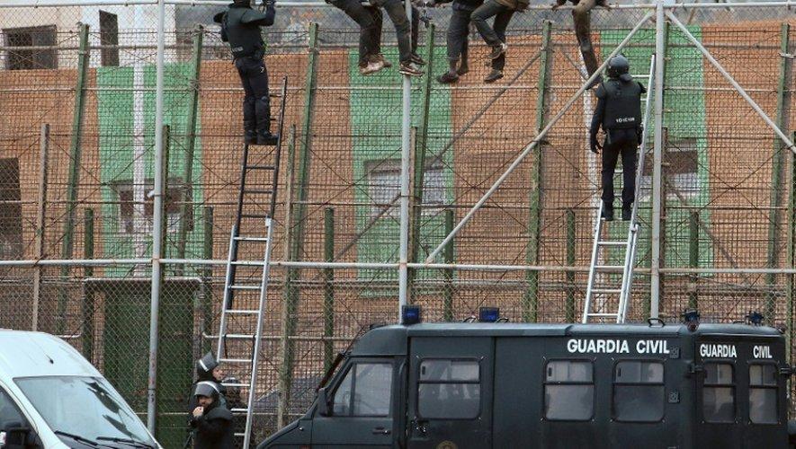 Des migrants sur la barrière séparant l'enclave espagnole de Melilla et le Maroc, le 10 février 2015