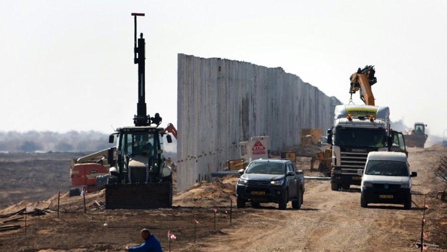 Construction d'une nouvelle barrière de sécurité par Israël à la frontière avec la Jordanie, le 1er février 2016, dans la vallée de l'Arabah