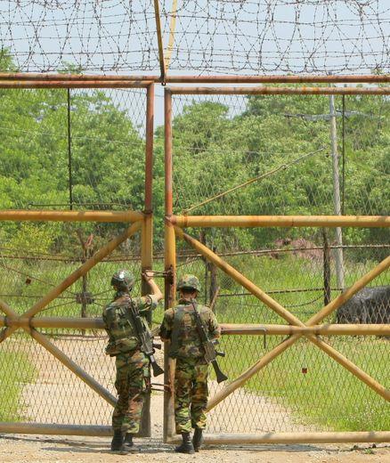 Des soldats sud-coréens ferment une barrière à la frontière avec la Corée du Nord, à Chulwon, au nord de Séoul, le 23 juin 2009