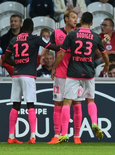L'attaquant toulousain Ola Toivonen congratulé par ses coéquipiers après un de ses deux buts à Lille, le 20 septembre 2016