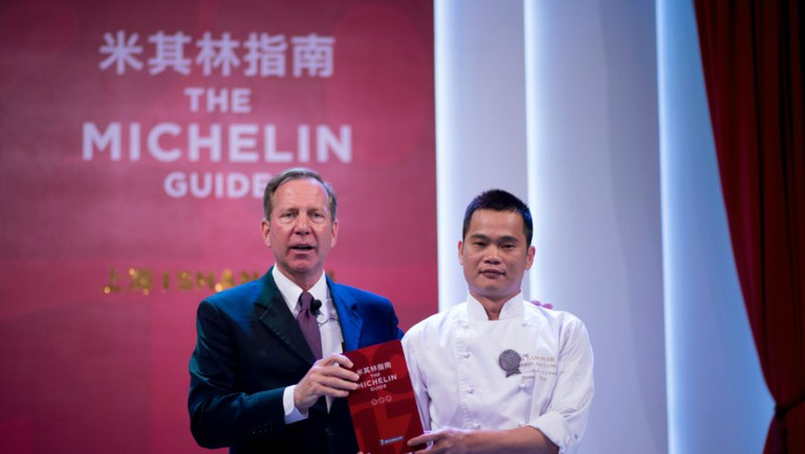 Michael Ellis, directeur international des guides Michelin (g) et le chef Justin Tan (d) du restaurant T'ang Court récompensé par  3 étoiles au Guide Michelin, le 21 septembre 2016 à Shanghai