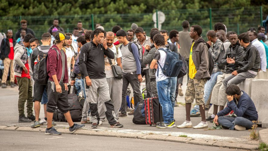 """Des migrants en attente de leur transfert en Centres d'accueil et d'orientation (CAO) lors du démantèlement de la """"jungle"""" le 13 septembre 2016 à Calais"""