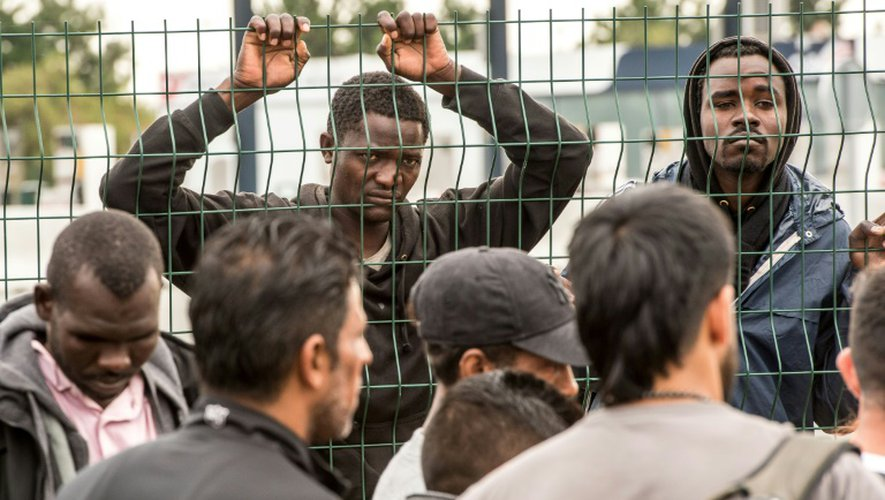 """Des migrants lors du démantèlement le 13 septembre 2016 de la """"jungle"""" le campement surpeuplé à Calais"""