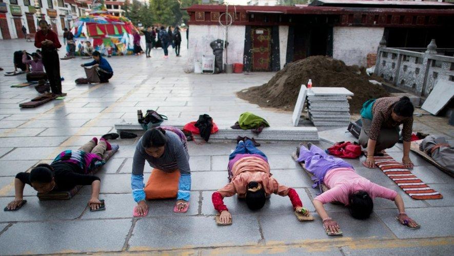 Des fidèles se prosternent devant le temple de Jokhang, le 10 septembre 2016 à Lhassa