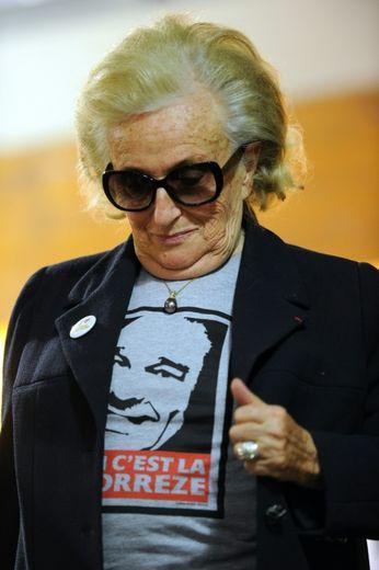 Bernadette Chirac arbore un T-shirt avec le portrait de son mari, lors de la campagne pour les élections départementales, à Brive (Corrèze), le 19 mars 2015