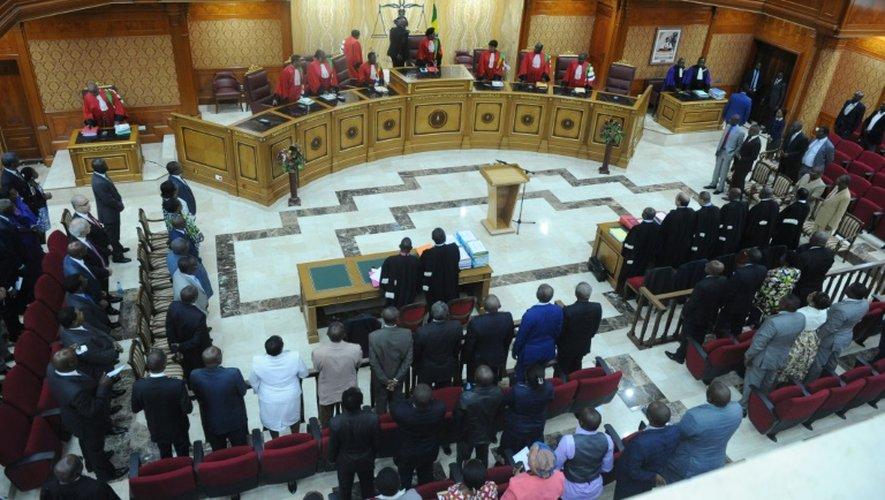 La présidente de la Cour constitutionnelle Marie-Madeleine Mborantsuo (c) prend place pour l'audience sur le contentieux électoral entre l'opposant Jean Ping et le président Ali Bongo, le 22 septembre 2016 à Libreville, au Gabon