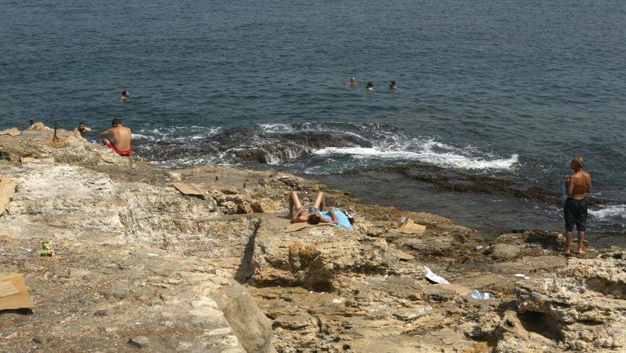 Des bouteilles en plastique et des déchets sur les rochers du bord de mer, le 26 août 2016 à Beyrouth, au Liban