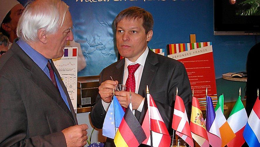 Dacian Ciolos, alors commissaire européen à l'agriculture, en discussion avec Jean Laurens. C'était lors du Salon de l'agriculture 2012, il avait improvisé une visite sur le stand de ses amis aveyronnais.