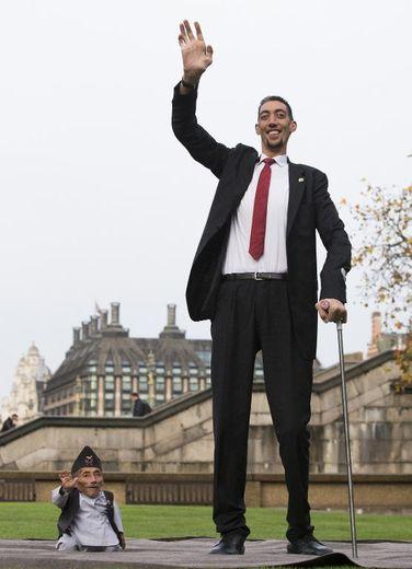 Le Népalais Chandra Bahadur Dangi (g), l'homme le plus petit du monde selon le Guinness Book des records, pose aux côtés de l'homme le plus grand du monde, le Turc Sultan Kösen, à Londres le 13 novembre 2014