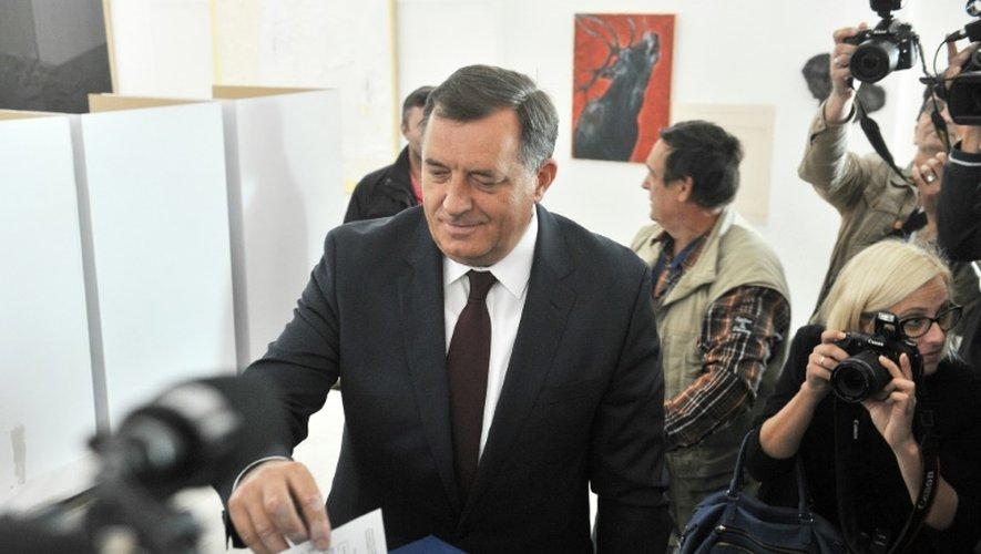 Le leader des Serbes de Bosnie  Milorad Dodik dépose son bulletin dans l'urne le 25 septembre 2016 à Laktasi