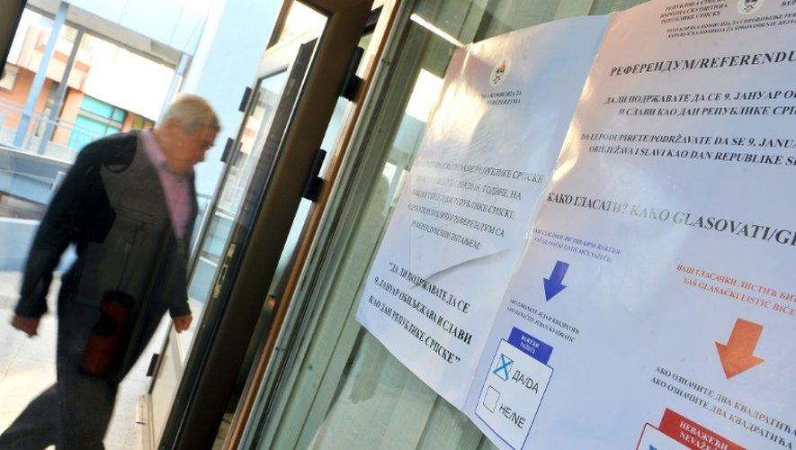 """Arrivée d'un électeur dans un bureau de vote le 25 septembre 2016 à Laktasi pour un référendum sur la """"fête nationale"""""""