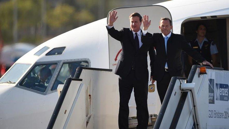 Le Premier ministre britannique David Cameron (g) et son homologue australien Tony Abbott arrivent à Brisbane pour le sommet du G20, le 14 novembre 2014