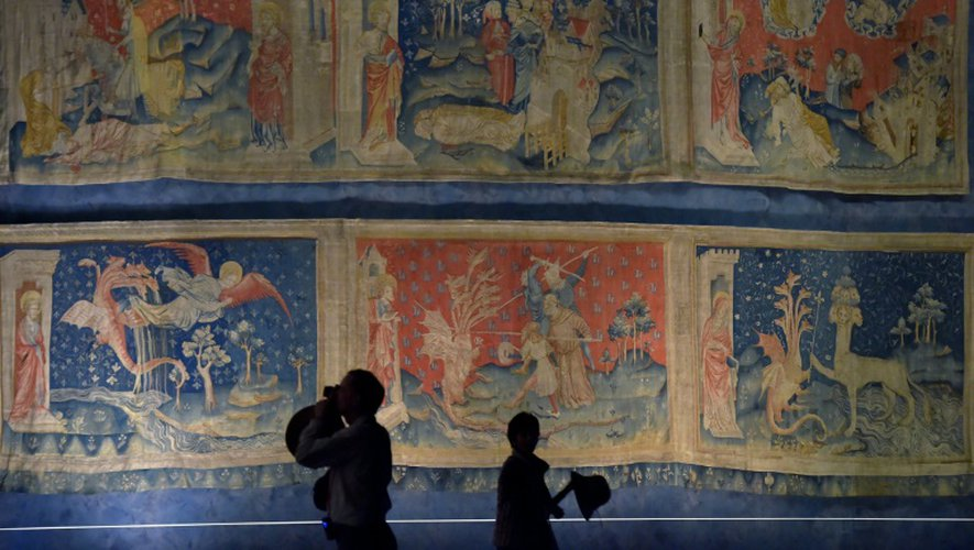 Des visiteurs du château d'Angers devant la tenture de l'Apocalypse, le 22 septembre 2016