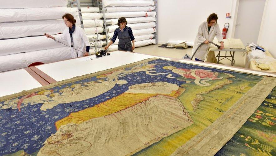 Restauration d'une tapisserie de la tenture de l'Apocalypse, le 22 septembre 2016 à Angers