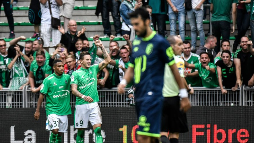 L'attaquant de Saint-Etienne Nolan Roux (c) après un but face à Lille, le 25 septembre 2016 à Geoffroy-Guichard
