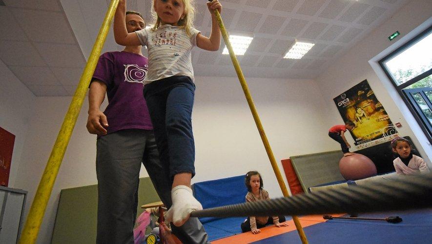 Le lundi soir, les enfants, dès 4 ans, s'essayent aux arts  du cirque sous la surveillance de Frédéric Lemoine, l'animateur de  RegArts.