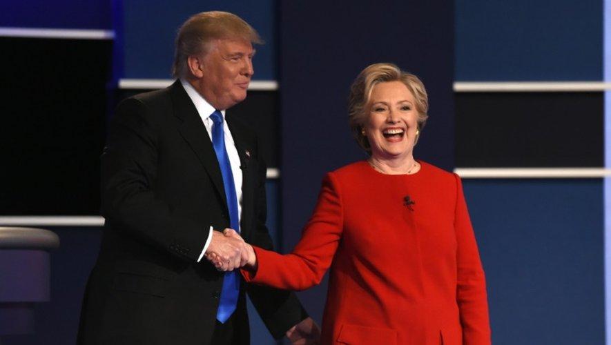 La candidate démocrate Hillary Clinton et son rival républicain Donald Trump à l'issue du premier débat télévisé, le 26 septembre 2016 à New York