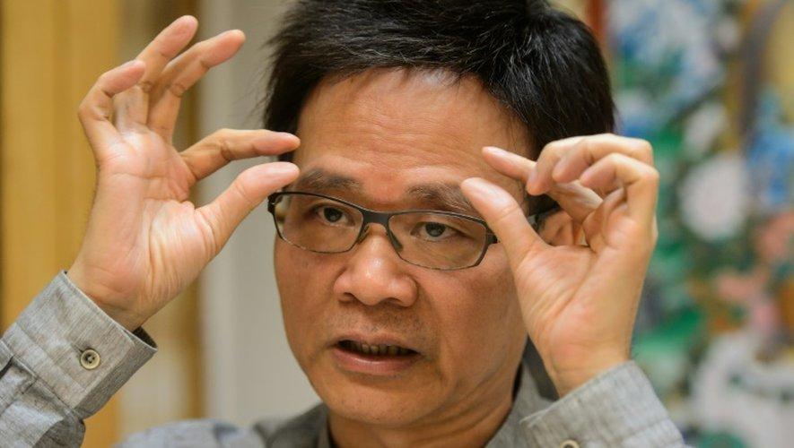 """Chow Hon-ming, un """"liseur de visage"""" traditionnel, explique la signification des sourcils dans un visage, le 28 juillet 2016 à Hong Kong"""