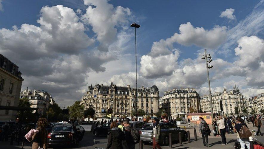 L'artiste Abraham Poincheval, le 26 septembre 2016, face à la gare de Lyon à Paris, sur sa plateforme d'1,5 m², devra sans doute passer ses nuits en position fœtale.