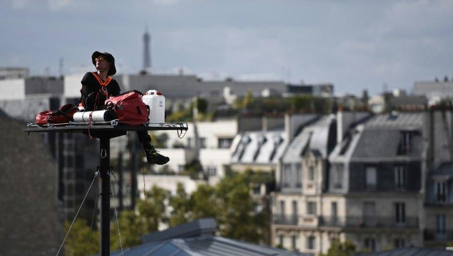 L'artiste Abraham Poincheval s'est installé le 26 septembre 2016 sur une plateforme située à 20 mètres de haut, face à l'horloge de la gare de Lyon à Paris.