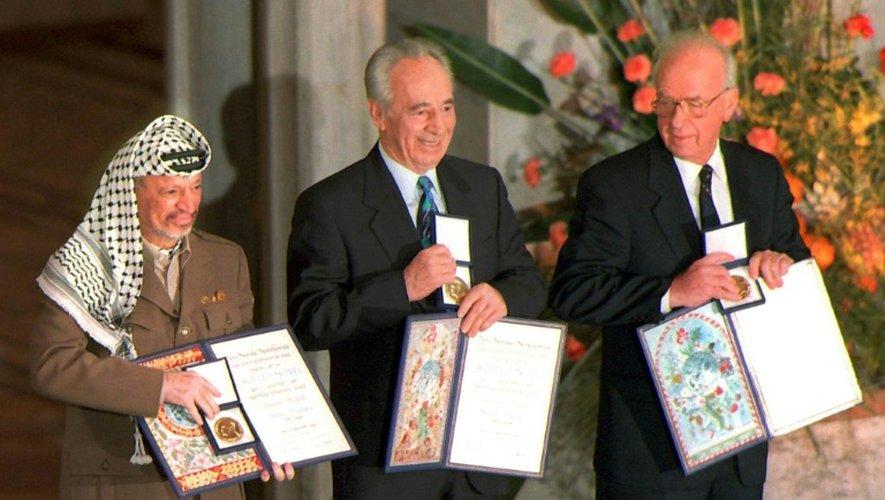 Yasser Arafat (G), Shimon Peres (C) et Yitzhak Rabin lors de leur remise du prix Nobel de la Paix, le 11 décembre 1994 à Oslo