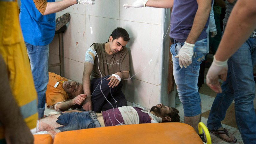 Des blessés sont soignés dans un hôpital d'un des quartiers rebelles d'Alep, en Syrie, le 24 septembre 2016 après des bombardements sur la ville