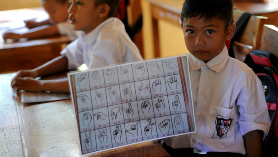 Une école élémentaireaccueille 77 enfants sourds et non sourds qui apprennent tous le langage des signes local et suivent aussi une initiation au langage des signes international et indonésien