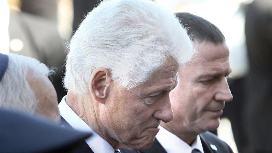 L'ancien président américain Bill Clinton se recueille devant le cercueil de Shimon Peres, le 29 septembre 2016 à Jérusalem